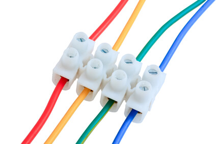 соединение проводов с помощью клеммной колодки